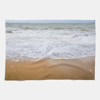 Wellen auf einem Strand-Geschirrtuch Handtuch