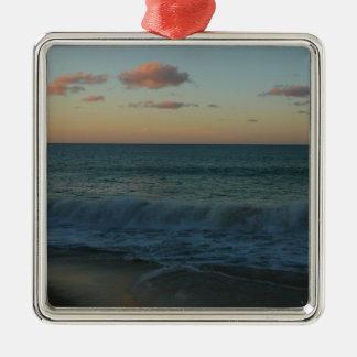 Wellen, die an der quadratisches silberfarbenes ornament
