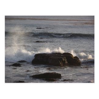 Wellen, die auf den Felsen zusammenstoßen Postkarte