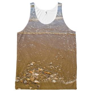 Wellen, die gegen Kiesel auf einem Strand spritzen Komplett Bedrucktes Tanktop