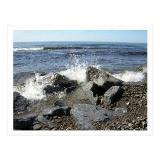 Wellen, die in Ufer zusammenstoßen Postkarte