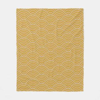 Wellen-Musterheißer Senf und Taupe Fleecedecke