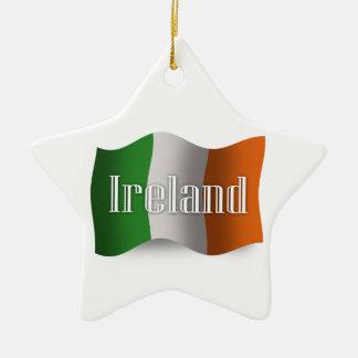 Wellenartig bewegende Flagge Irlands Keramik Stern-Ornament
