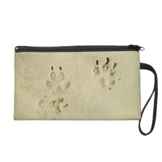 Welpendrucke im Sand Wristlet Handtasche