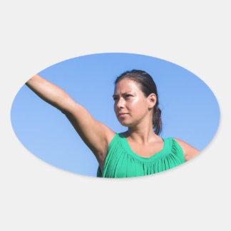 Werfender Bumerang der niederländischen Frau im Ovaler Aufkleber