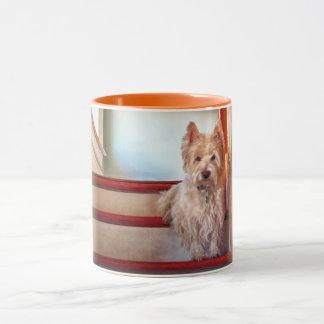Westie Hund, der auf der Treppe, Vintager Blick Tasse