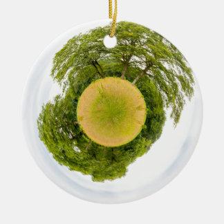 Wiese mit Bäumen mögen wenig Planeten Rundes Keramik Ornament