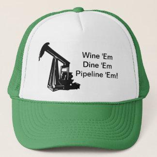 Wine sie speisen sie durch Rohre leiten sie Hut Truckerkappe