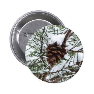 Winter-Natur-Fotografie des Snowy-Kiefern-Kegel-II Runder Button 5,7 Cm