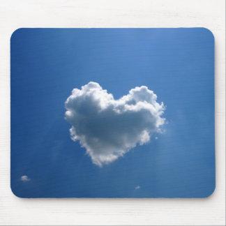 Wolkenform eines Herzens Mousepads