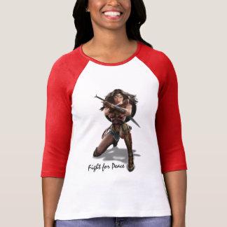 Wunder-Frau, die mit Armbändern blockiert T-Shirt
