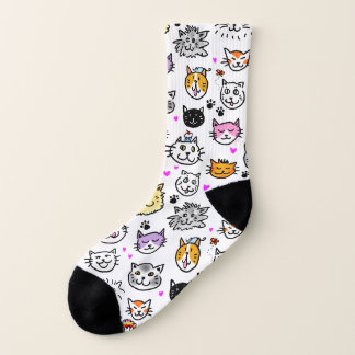 Wunderliche Katze stellt Muster gegenüber Socken