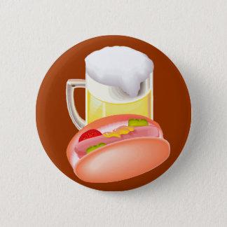 Würstchen auf einem Brötchen und einem Bier mit Runder Button 5,1 Cm