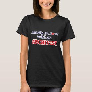 Wütend in der Liebe mit einem Archivar T-Shirt