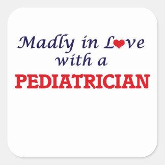 Wütend in der Liebe mit einem Kinderarzt Quadratischer Aufkleber