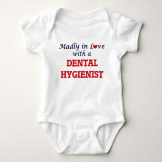 Wütend in der Liebe mit einem Zahnarzthelfer Baby Strampler