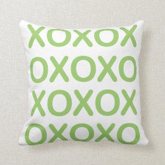 XOXO grünes und weißes Kissen