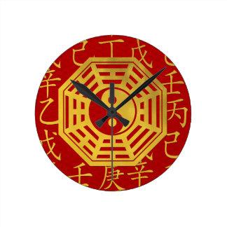 Yin und Yang, bagua und feng shui Hieroglyphen Runde Wanduhr