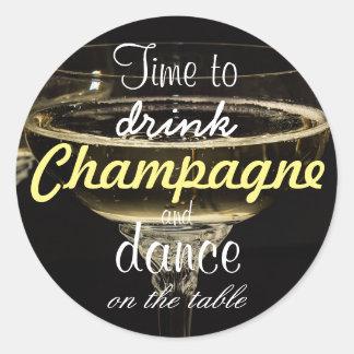 Zeit, Champagner und Tanz auf der Tabelle zu Runder Aufkleber