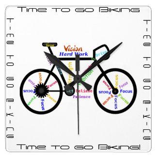 Zeit radzufahren zu gehen, Fahrräder mit Quadratische Wanduhr