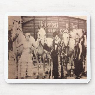 Zirkus-Ausführende und weiße Pferde Mousepads