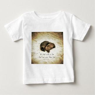 Zitat-Seelöwen der Liebepaare romantische auf dem Baby T-shirt