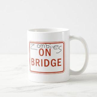 Zombies auf Brücke Kaffeetasse