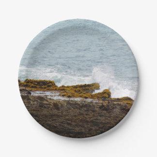Zusammenstoßende Wellen: Felsige Küste Pappteller