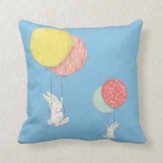 Zwei kleine Häschen, die mit Ballonen schwimmen Kissen