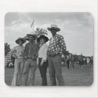 Zwei Männer und zwei Frauen an einem Rodeo Mousepad