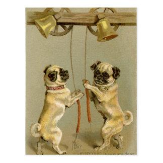 Zwei Mopshunde, welche die Weihnachtsglocken Postkarte