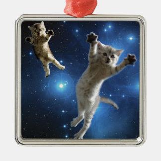 Zwei Raum-Katzen, die um Galaxie schwimmen Quadratisches Silberfarbenes Ornament