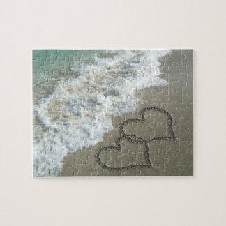 Zwei Sand-Herzen auf dem Strand Puzzles