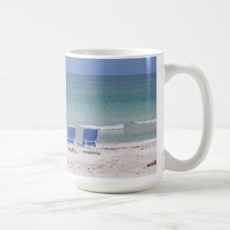 Zwei Stühle auf dem Strand Kaffeetasse