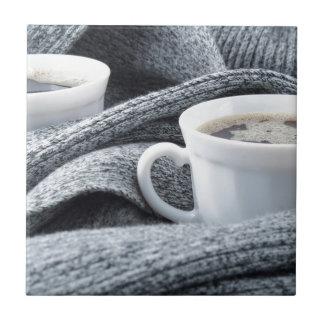 Zwei weiße Tasse Kaffees eingewickelt im Schal Kleine Quadratische Fliese